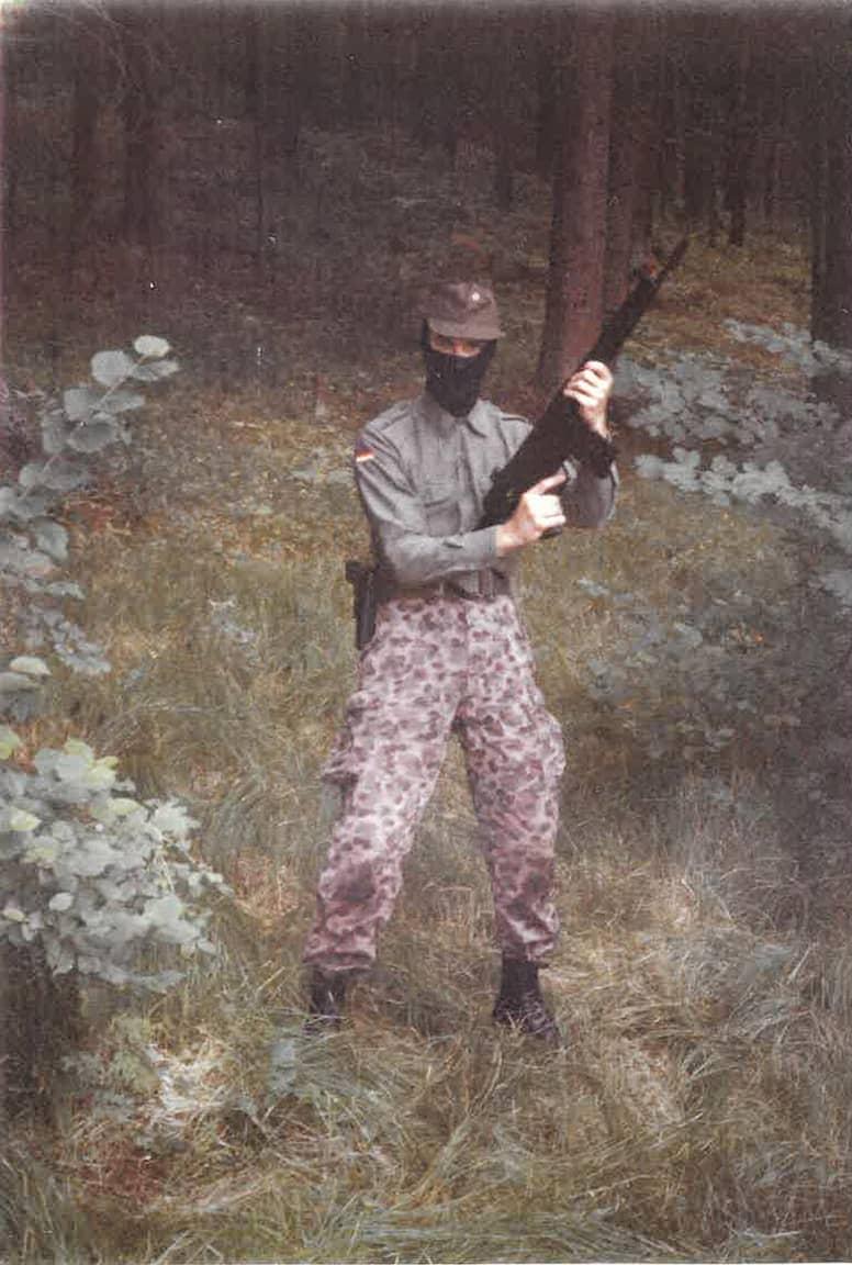 Strache als junger Mann bei mutmaßlichen Wehrsportübungen in Kärnten.